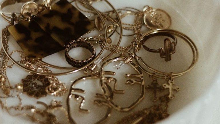 Ako si zladiť oblečenie a šperky